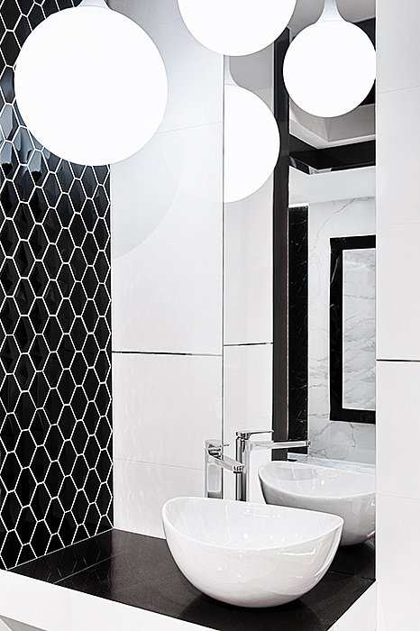 arabesco-minihexagon_blackwhite_bathroom_2.jpg